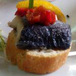 Bruscheta cu peste marinat, dulceata de kapia si chivas